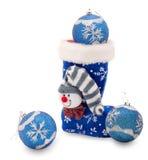 Blauer Weihnachtsstrumpf und drei Kugeln Lizenzfreie Stockbilder