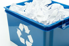 Blauer Wiederverwertungsstauraumkasten mit Papierabfall Stockfotos