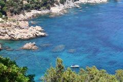 Blauer wilder Nebenfluss Spanien stockfotografie