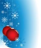 Blauer Winter mit roten Kugeln Stockfoto
