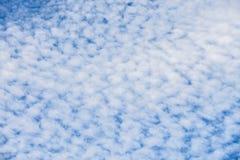 Blauer Wolkenhimmel-Beschaffenheitshintergrund Stockbild