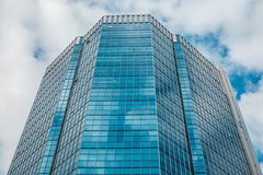 Blauer Wolkenkratzer gegen den Himmel Stockfotografie