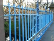 Blauer Zaun über Kanal Lizenzfreie Stockfotos