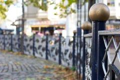 Blauer Zaun mit Goldkugel auf Beitrag lizenzfreie stockfotos