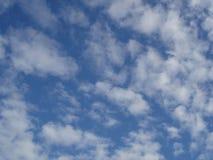 Blauer Zusammenfassungshintergrund des bewölkten Himmels Stockbild