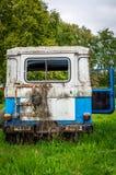 Blaues üppiges gebrochenes Glas des grünen Grases des alten Weinleseautos stockbild