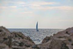 Blaues adriatisches Meer des schönen Segelbootsegelnsegels Stockfotografie