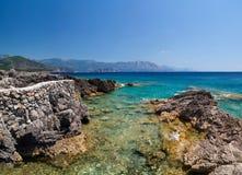Blaues adriatisches Meer und Felsen Lizenzfreie Stockfotografie