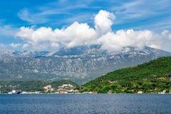 Blaues adriatisches Meer und hoher Berg Lizenzfreies Stockfoto