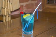 Blaues alkoholisches Cocktail im facettierten Glas stockbild