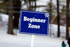 Blaues Anfänger-Zonen-Zeichen auf den Ski-Steigungen stockfotos