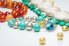 Blaues Armband mit dem blauen Kristallstein umgeben mit Schmuck und Perlen Stockbilder