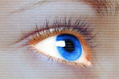 Blaues Auge der Frau, das auf einem digitalen virtuellen Schirm schaut Lizenzfreie Stockbilder