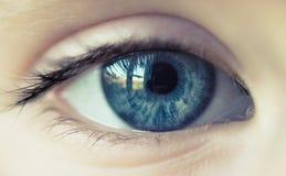 Blaues Auge des kleinen Mädchens Stockfotografie