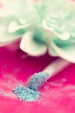 Blaues Augenschminke- und Pinselmakro stockbild