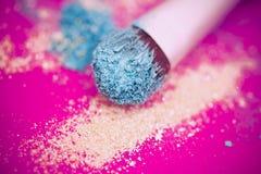 Blaues Augenschminke- und Pinselmakro stockfotografie