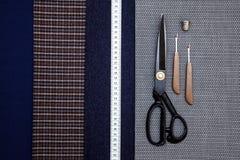 Blaues auserlesenes Designatelier des Threadgewebewollstellen nähendes Mannkäfigs Schere vieler unterschiedlichen Sachen Farbmaßb stockfotografie