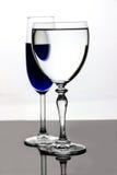 Blaues ausländisches Auge im Weinglas Lizenzfreie Stockfotografie