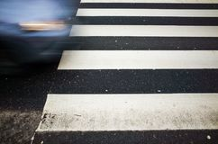 Blaues Auto in der Bewegung und im Fußgängerübergang Stockbild