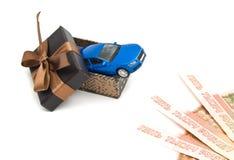 Blaues Auto in der braunen Geschenkbox und in den Banknoten Lizenzfreie Stockfotografie
