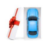 Blaues Auto in der Geschenkbox auf weißer, Draufsicht Stockfotografie