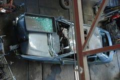Blaues Auto des Autofriedhofs, das letzte Reise demoliert lizenzfreie stockfotos