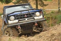 Blaues Auto im schwierigen Gelände Stockbilder