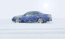 Blaues Auto im winte Stockfotos