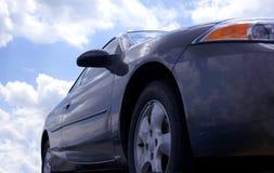 Blaues Auto und Himmel Stockfotos