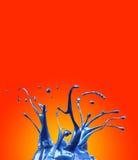 Blaues Autofarbenspritzen widergespiegelt auf gelbem und orange Hintergrund lizenzfreie abbildung