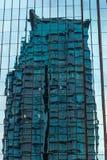 Blaues Bürohaus mit Wohnanlage in der Ecke Stockfotos