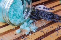 Blaues Badesalz und Lavendel Lizenzfreie Stockfotos