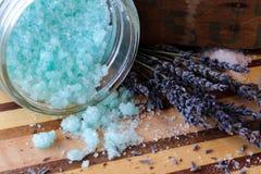 Blaues Badesalz und Lavendelblumen Lizenzfreies Stockfoto