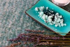 Blaues Badesalz und Lavendelblumen Stockfotos