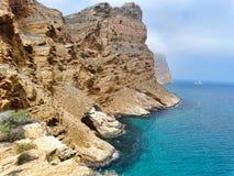 Blaues balearisches Mittelmeermeer und felsige Berge Stockbild