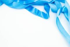 Blaues Band auf weißem Hintergrund Stockfotos