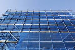 Blaues Baugerüst und blauer Himmel Stockfoto