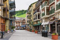 Blaues Bergdorf im Sommer, Collingwood, Kanada Lizenzfreie Stockfotos