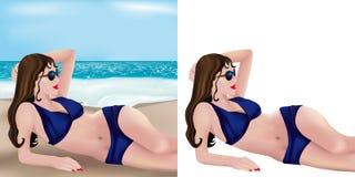Blaues Bikinimädchen, das auf Strand liegt Lizenzfreies Stockfoto