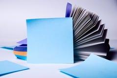 Blaues Blatt Papier für Anmerkungen. Stapel Stockfotos