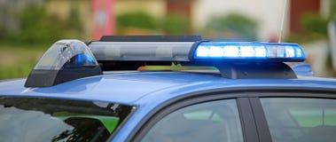 blaues Blitzen des Polizeiwagens während des Kontrollpunkts, zum von m zu überprüfen Lizenzfreies Stockfoto