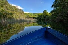 Blaues Boot auf einer ruhigen Lagune Lizenzfreies Stockfoto