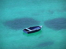 Blaues Boot im blauen Schacht Stockbilder