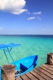 Blaues Boot im hölzernen tropischen Pier in Karibischen Meeren stockfotos