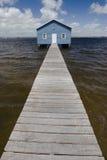 Blaues Bootshaus auf Fluss Stockfotos