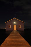 Blaues Bootshaus auf Fluss nachts Stockfotografie