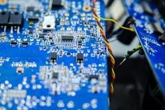 Blaues Brett der elektronischen Schaltung mit verschiedenen Mikroelementen stockfotografie