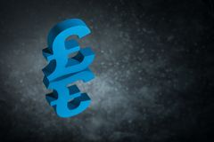 Blaues britisches Währungszeichen oder Zeichen mit Spiegel-Reflexion auf dunklem Dusty Background stockfoto