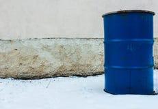 Blaues burrel auf der Hintergrundwand Stockfoto