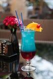 Blaues Cocktail auf Tabelle Stockfotos